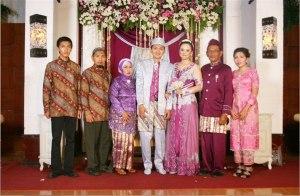 Keluarga lengkap waktu nikahan saya (2012). Dari kiri ke kanan: Aan, Mas Hari, Ibu, Saya, Intan, Bapak, Mbak Eni