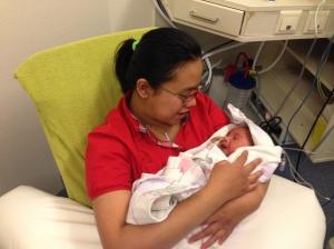 Kinan dikeluarkan dari inkubator untuk pertama kalinya selama satu jam