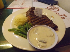 Steak sirloin dengan saus jamur.