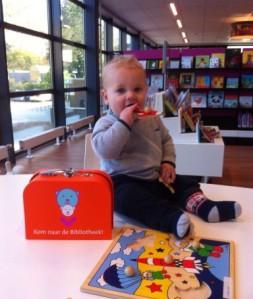 Perpustakaan umum di Belanda. Seorang bayi dengan paket buku gratis dari pemerintah. Sumber: [2]