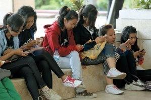 Remaja yang sering bermain dengan gawai dan jarang membaca buku memiliki kemampuan penalaran naratif yang rendah. Sumber gambar: [3]