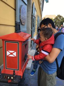 Mengirim kartu pos. Salah satu rutinitas setiap kali liburan.