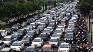 Kemacetan di Jakarta akibat ketiadaan infrastruktur transportasi umum yang handal. Sumber gambar: [9]